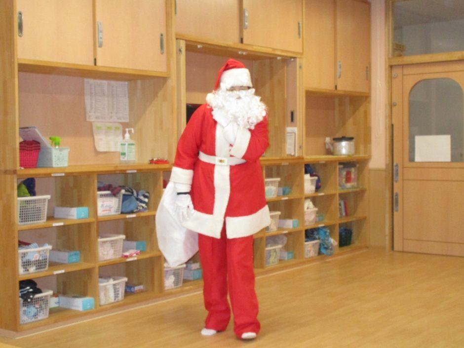 保育園部さんクリスマス会♪ お昼寝から目覚めたら サンタさんがきてくれましたよ!