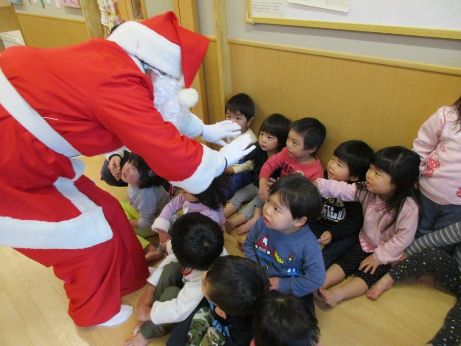 保育園部さんクリスマス会♪ やさしいサンタさんとタッチ★