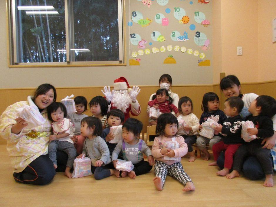 保育園部さんクリスマス会♪ こちらも はいチーズ★うれしくて泣いちゃったのかな?