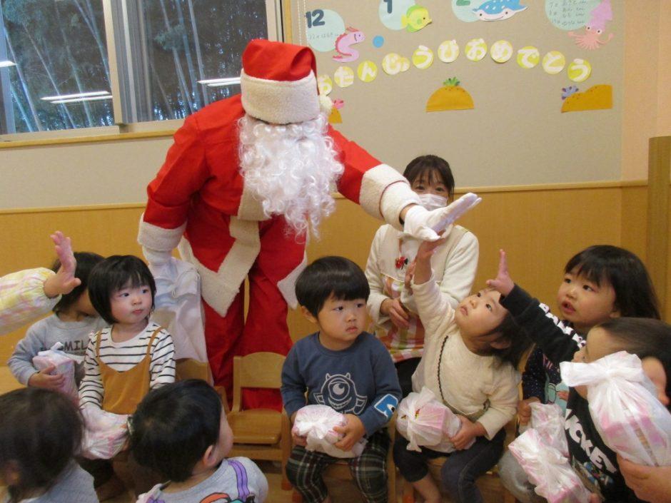 保育園部さんクリスマス会♪ サンタさんお帰りの時間です。また来年もきてね♪