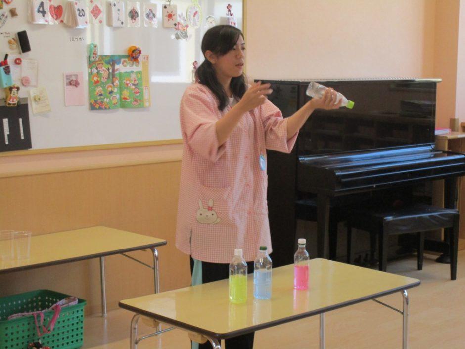 4月 お誕生会 先生がマジックをしてくれました。カラフルなお水がきれいです!