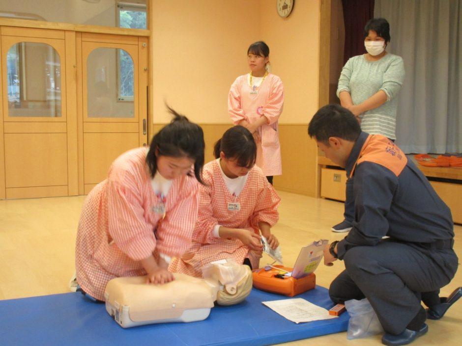 救急講習が行われました AEDを用いた心肺蘇生法。周りの方の協力と正しい手順が命を救います。