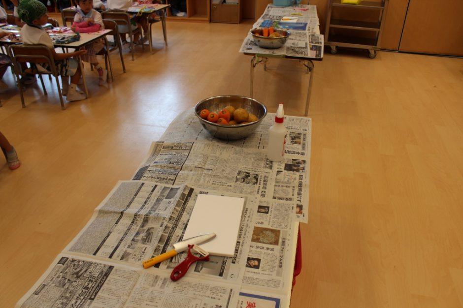 6月 お誕生会 さあ、今日はハヤシライスのお野菜を切ります!