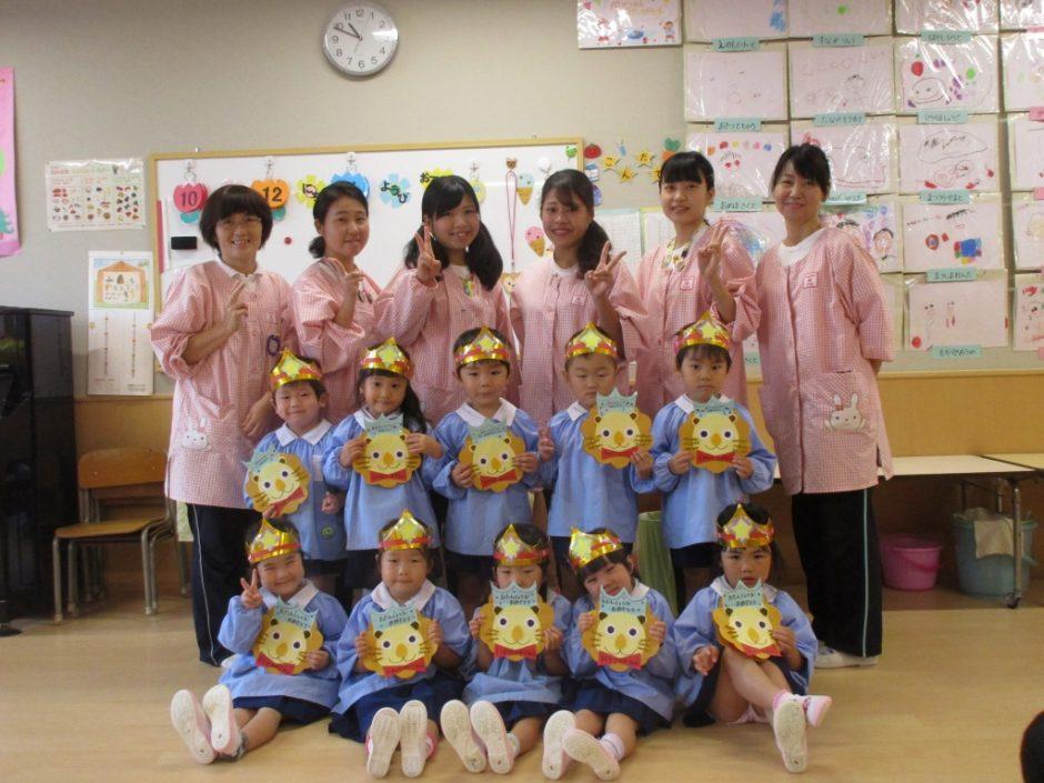 10月 お誕生会 年少さんはすみれ組・もも組、それぞれ5人ずつの10人です☆