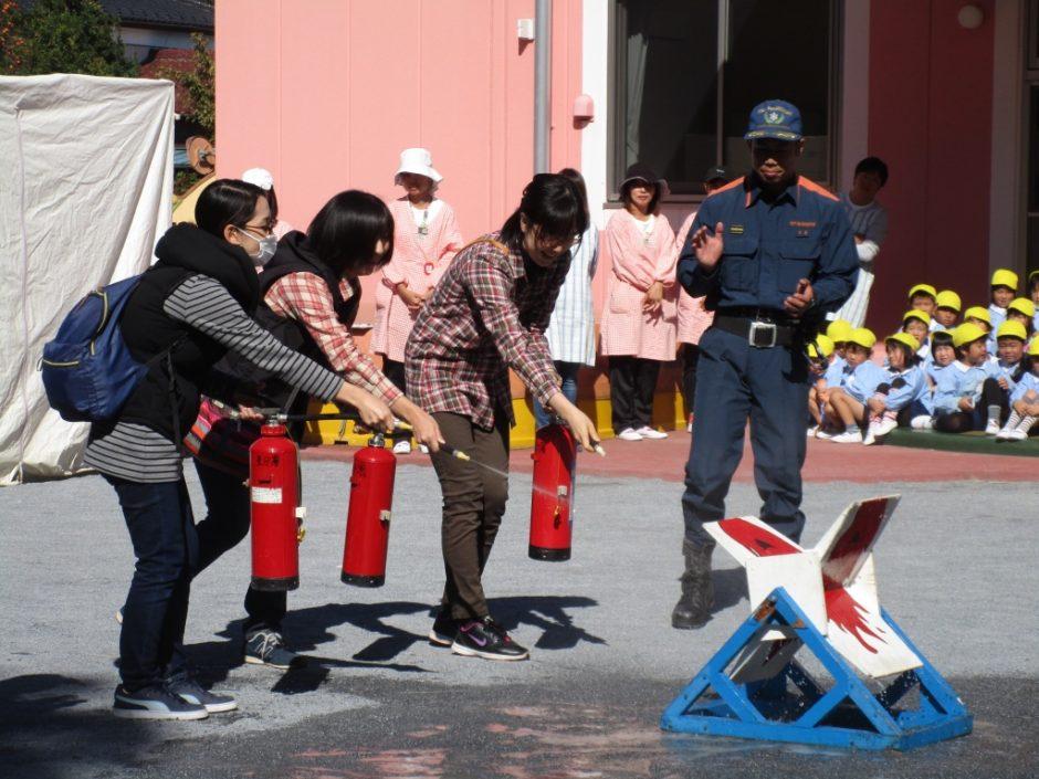 防火講習 保護者の方もご参加いただいて消火訓練。