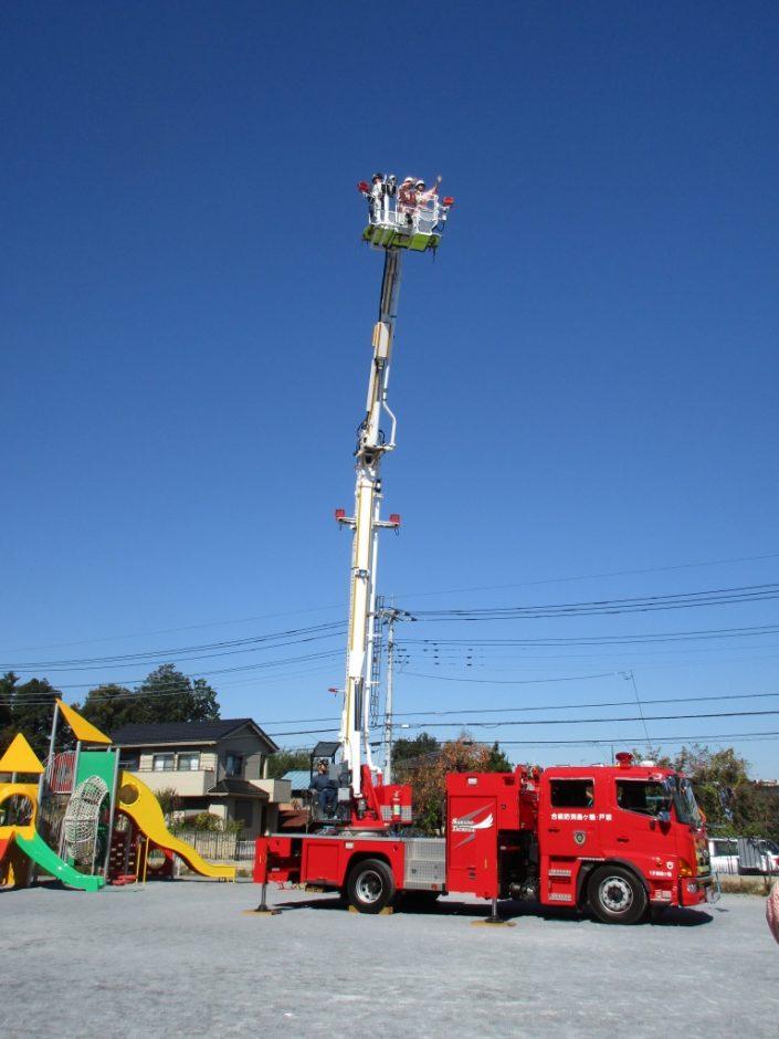 防火講習 最長25メートル伸びるはしご車に先生が乗ってますよ!
