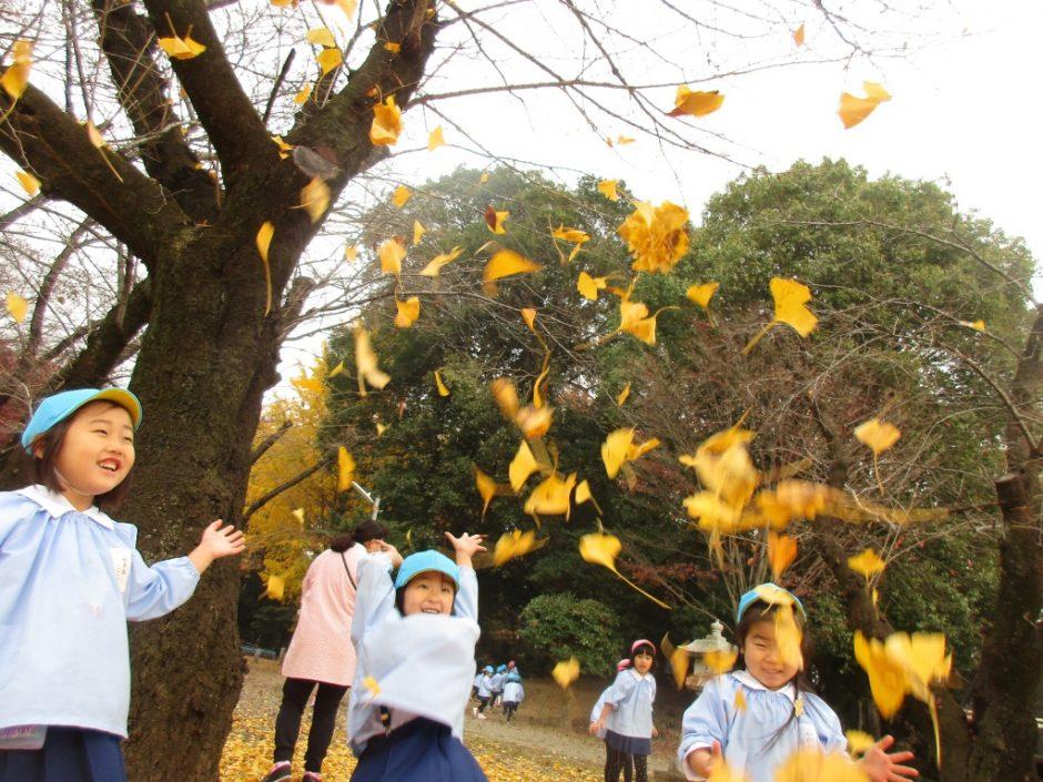 12月 お誕生会 イチョウの葉がとってもきれい!笑顔もステキです♪