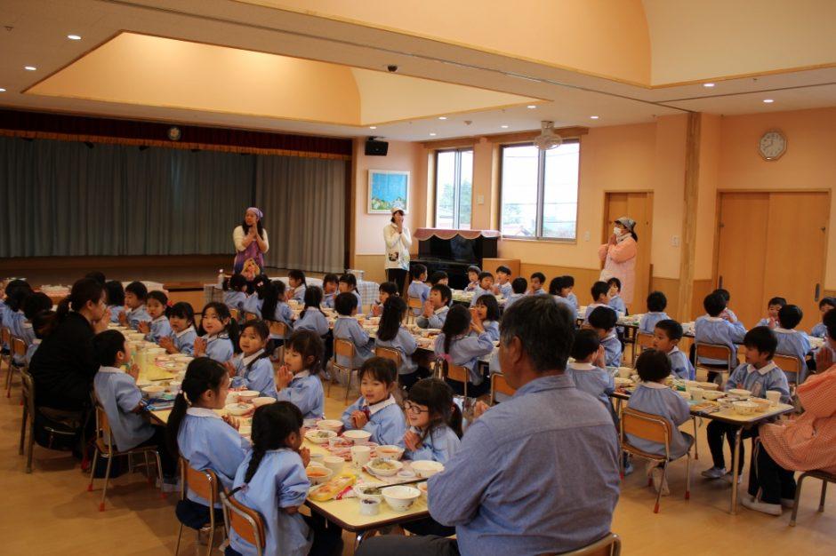 年中さん合同で会食しました☆ 園長先生、梅子先生、英昭先生もご一緒に「いただきま-す!」