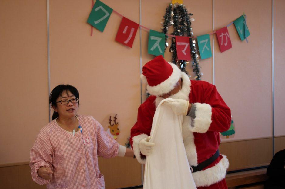 バンビクラブ クリスマス会 13日、バンビ1組さんのクリスマス会です。あらら、サンタさん!!