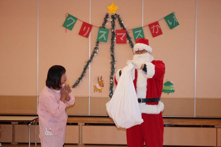 バンビクラブ クリスマス会 14日,バンビ2・3組のおともだちにもサンタさんが来てくれましたね♪