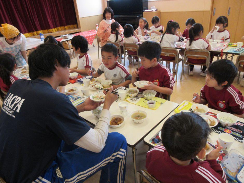 年長さん 会食 たくさん食べて、岡﨑先生みたいに大きくなってね(^^)