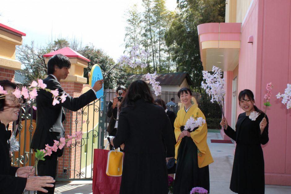 平成30年度 卒園式 花道でお見送りです。小学生になっても遊びに来てくださいね!
