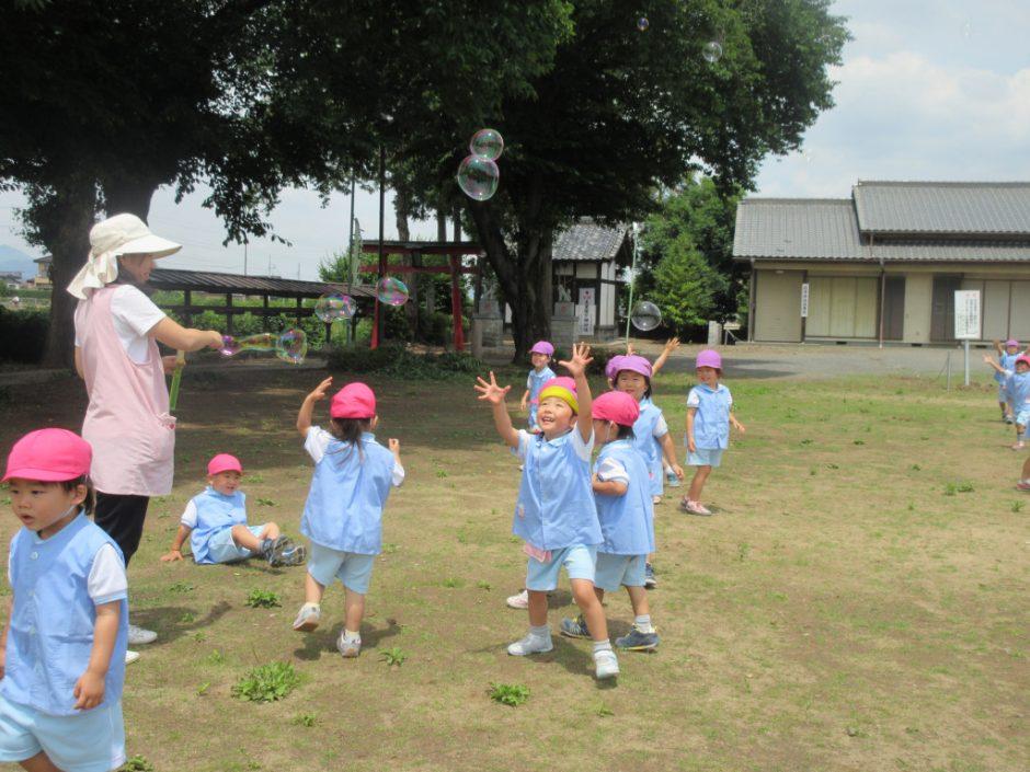 6月 お誕生会 近所の公園までお散歩しました☆シャボン玉待って~(*^_^*)