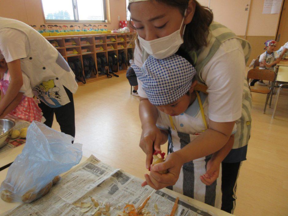 6月 お誕生会 みんなでカレー作り!まずは野菜の皮むきです(^^)