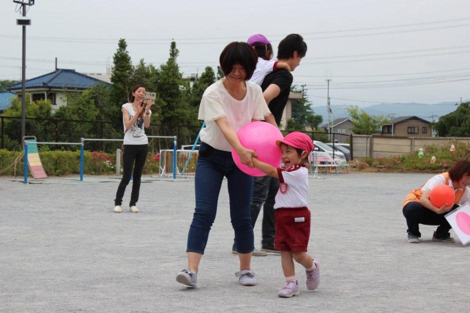 年少ぐみ 保育参観 保護者の方と、大きなボールを上手に運べました(*^^)v