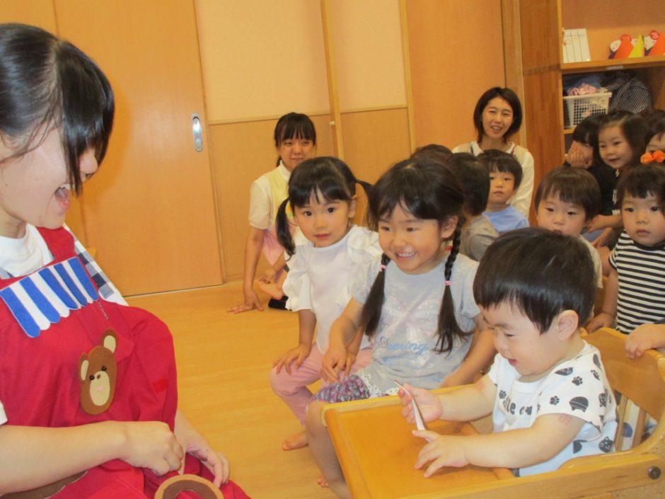 7、8月 お誕生会 エプロンシアター「パンパンパン屋さん」。おいしそうなパンがいっぱい!(´~`)モグモグ