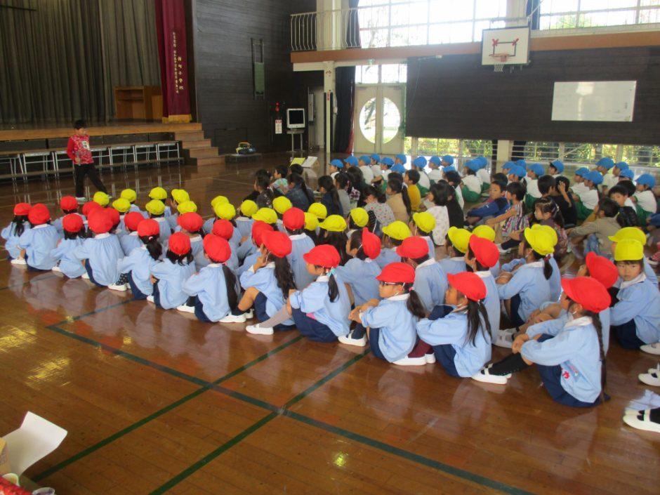 新町小学校交流会へ 年長のお友達が新町小学校へ出かけました。