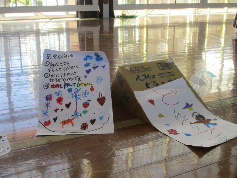 新町小学校交流会へ 公園で集めたどんぐりの作品。あそびかたが優しく書いてありますね♪
