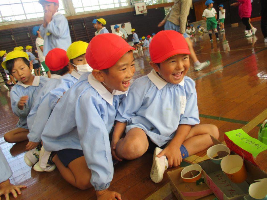 新町小学校交流会へ いい笑顔ですね(^^)秋のおもちゃで楽しんでますね!
