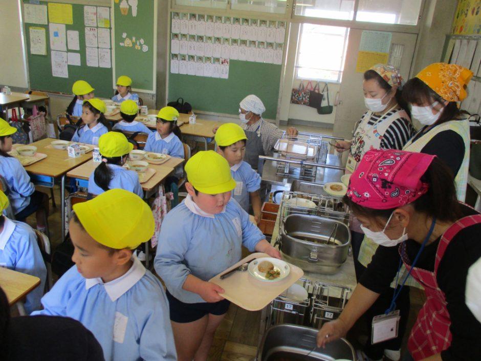 新町小学校交流会へ さて、お待ちかねの給食の時間です。