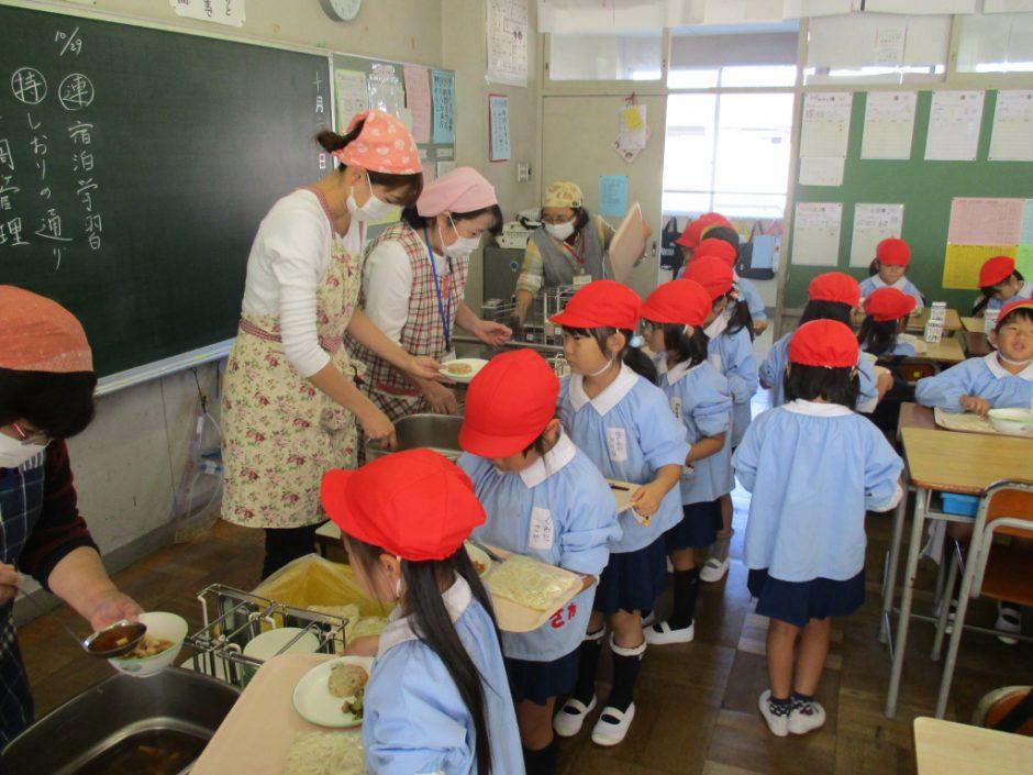 新町小学校交流会へ お味はどうでしたか?幼稚園より多かったかな?