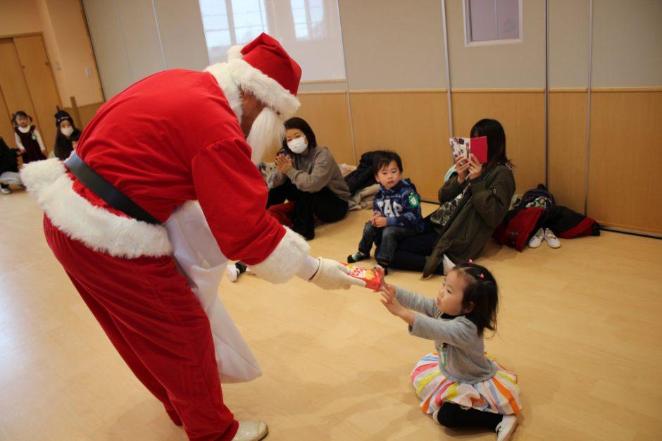 バンビクラブ クリスマス会 13日にはバンビクラブ2組のお友達のところへ。お菓子のプレゼントです♪