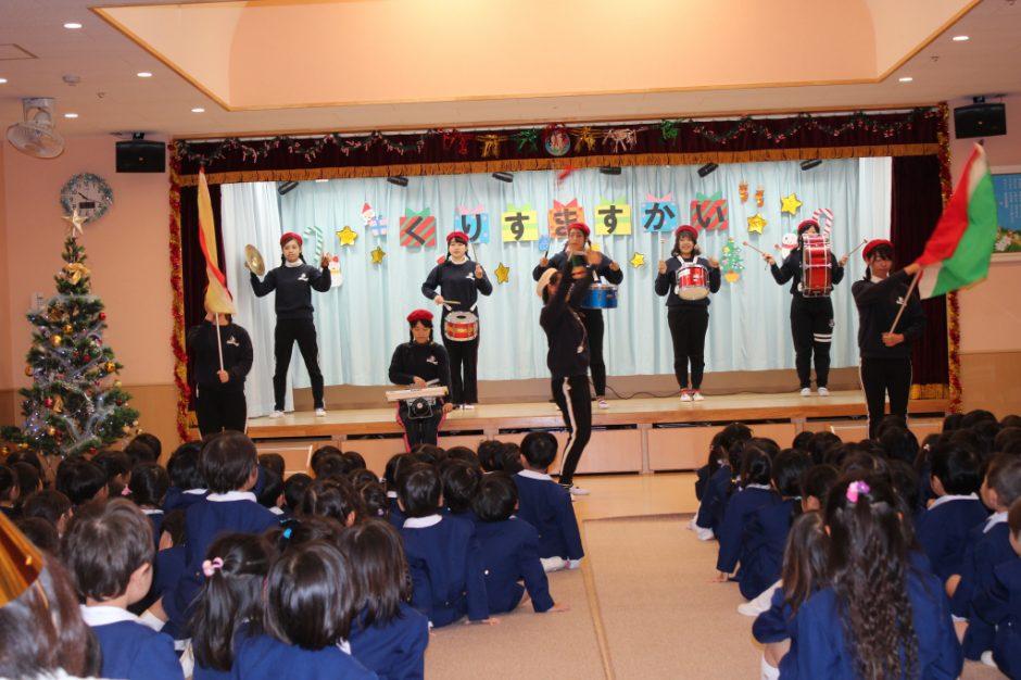 クリスマス会☆彡 幼稚園部の先生たちによる鼓隊演奏、さすがキマってます。