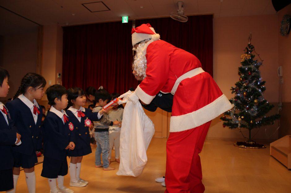 クリスマス会☆彡 代表のお友達にお菓子のプレゼントです