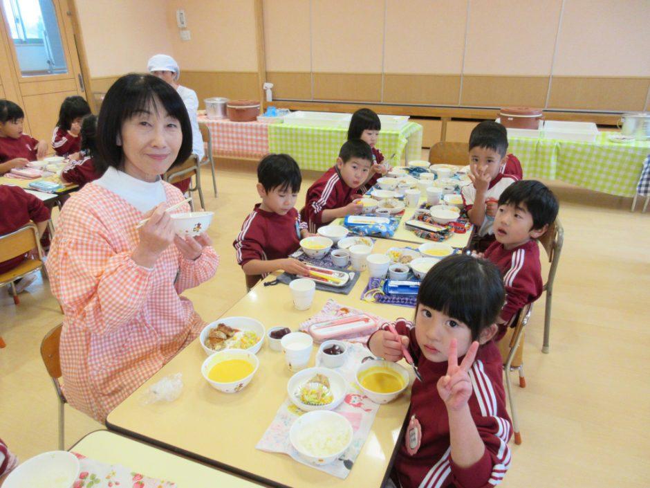 年中さん合同で会食をしましたよ 園長先生、梅子先生、英昭先生と笑顔で(´~`)モグモグ