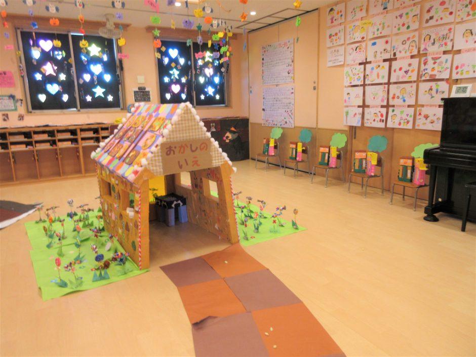 作品展① おへやの真ん中に、とってもおいしそうなお菓子の家が出現☆