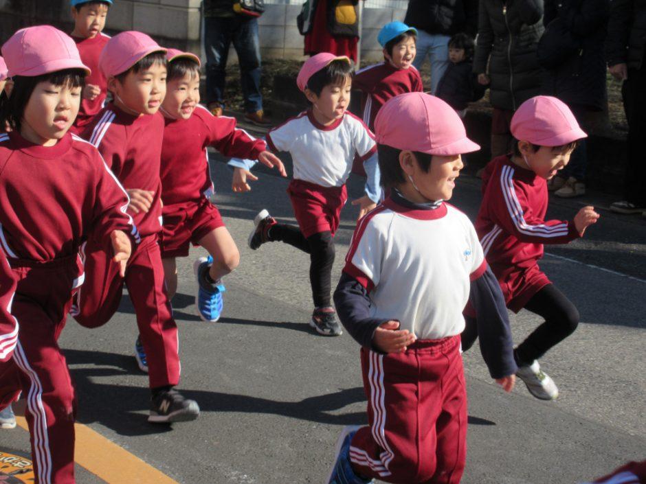 マラソン大会 応援に来てくださった保護者の方や、年少さんの声援が背中を押してくれます(≧▽≦)