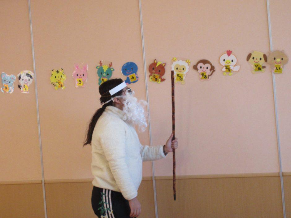 1月誕生会 お楽しみは劇『十二支のお話』です。神様は動物たちの前で何と言ったのでしょう?