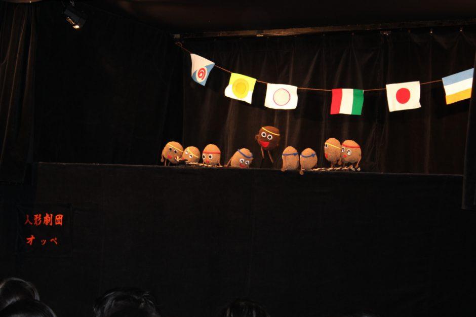 お誕生会 2月 今日は、劇団オッペの皆さんが来てくれました(*^^)v大盛り上がりの「なっとうのうんどうかい」や、
