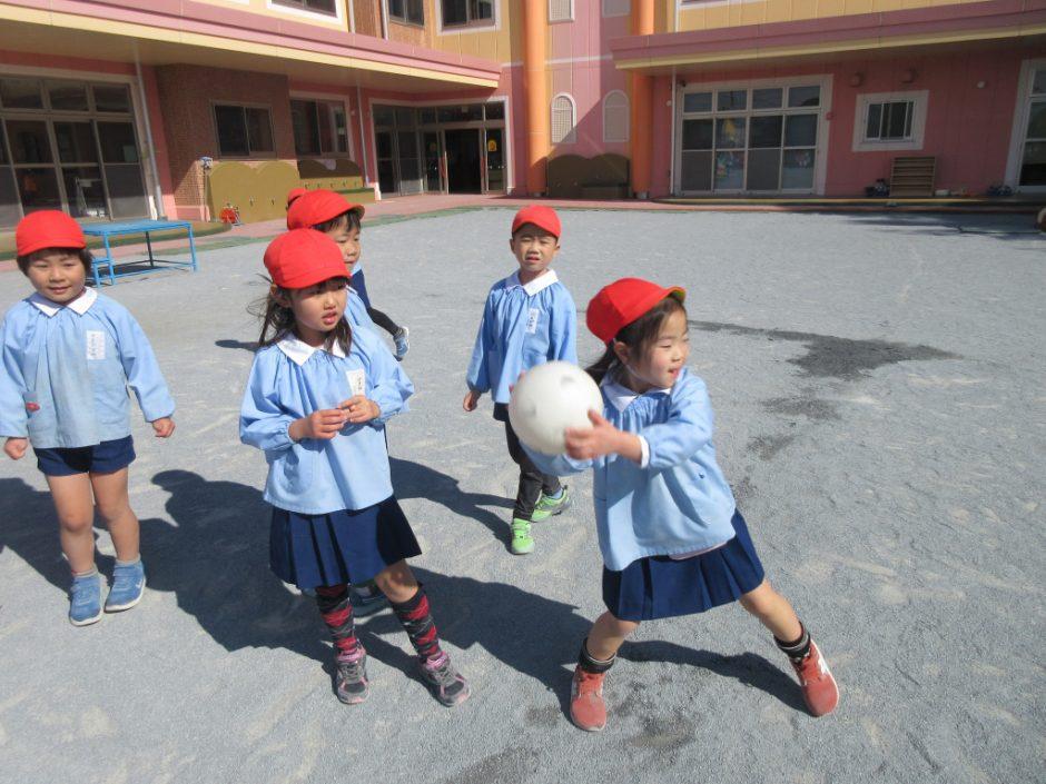 3月 お誕生会(パート1) みんなでドッヂボールをして遊びました(≧▽≦)
