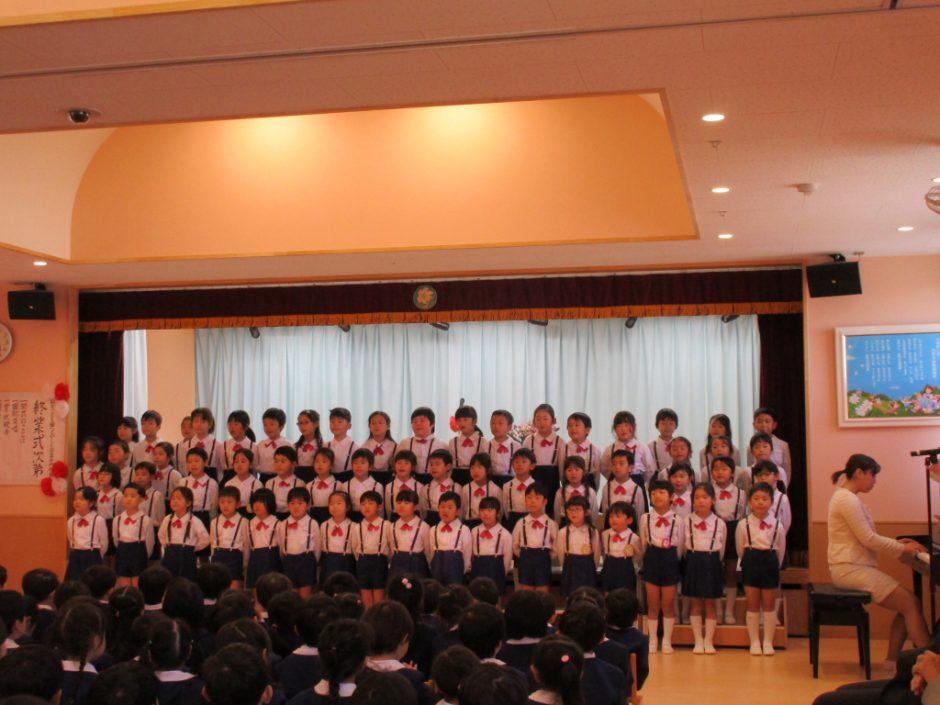 令和元年度 終業式 最後に、年長さんから歌のサプライズプレゼント!成長した姿に、先生たちは涙、涙でした。