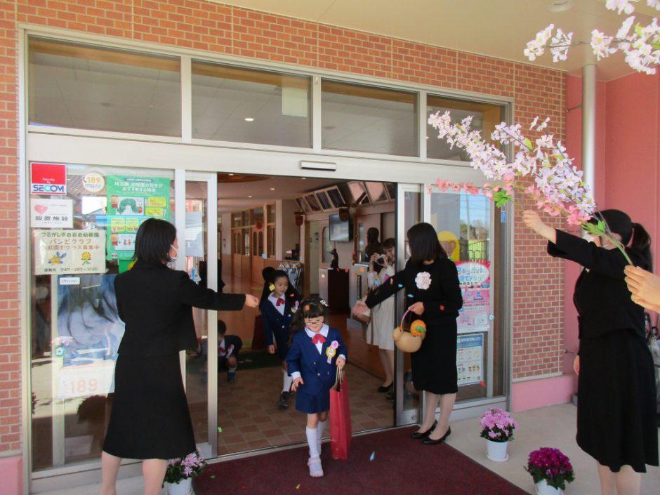 令和元年度 卒園式 先生たちでつくる花道♪小学生になっても遊びに来てくださいね!