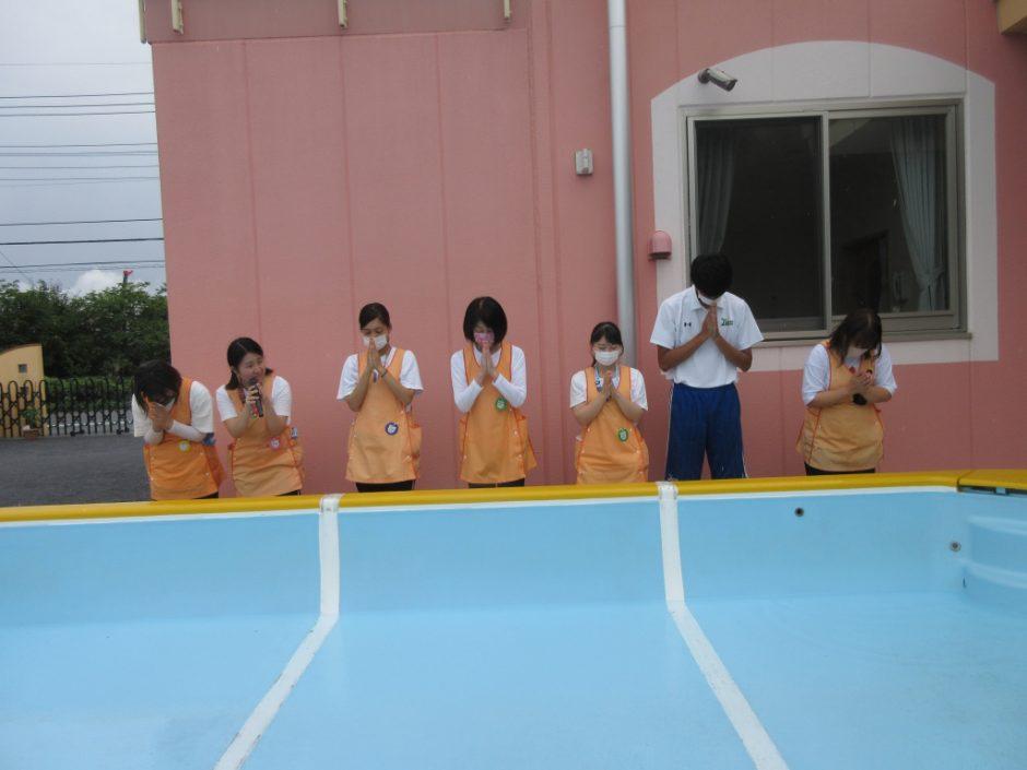 6/23にプール開きをしました♪ 先生たちも、心を込めて祈ります。いいお天気に恵まれて、無事にプールができますように!