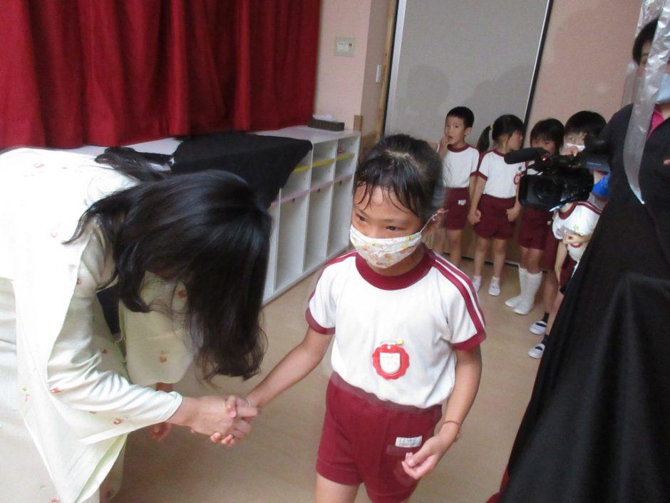 おほしさま☆彡の会 おばけさん(?)と握手でごあいさつ。みんな勇気を出して頑張りました。