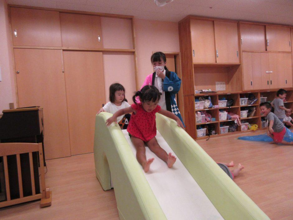 【保育園部】夏祭りを行いました☆彡 おとなりの部屋はアスレチック。大きな滑り台が大人気!