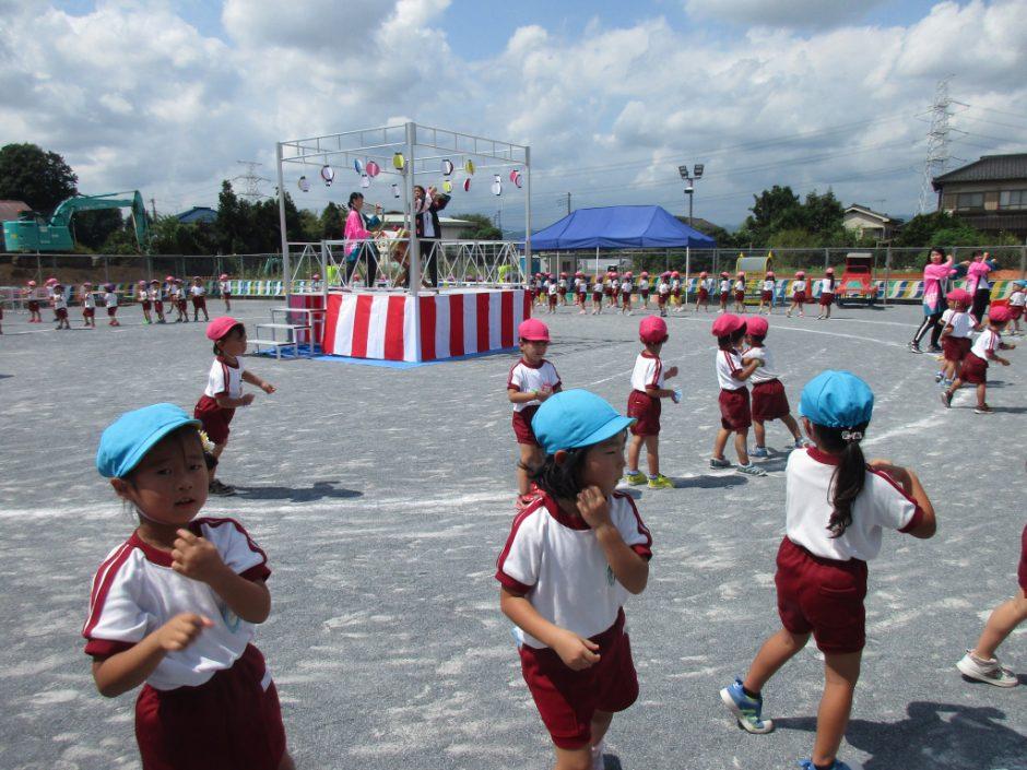 【幼稚園部】8/28に夏祭りを行いました♪ 年中・年少さんの盆踊り。園長先生の太鼓に合わせて上手に踊ります(/・ω・)/