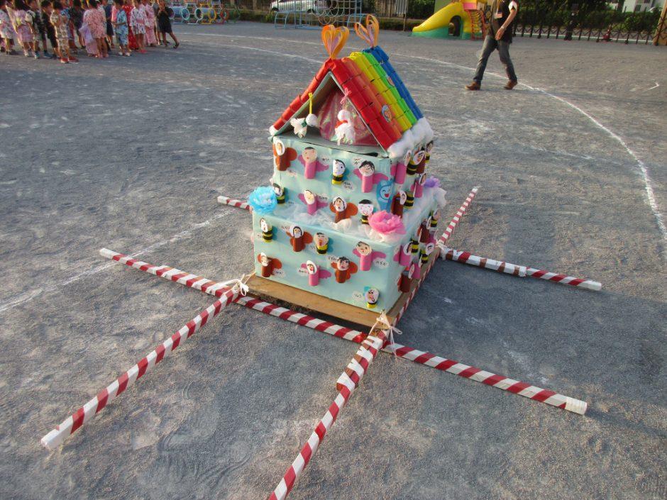 【幼稚園部】8/28に夏祭りを行いました♪ 年長さんのお神輿のテーマは虹♪