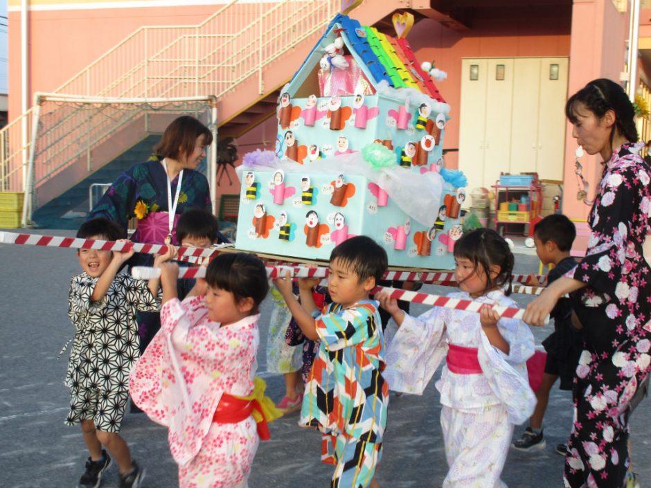【幼稚園部】8/28に夏祭りを行いました♪ 担ぐ高さに成長を感じます…!年長さんは浴衣や甚平でドレスアップしての参加です!