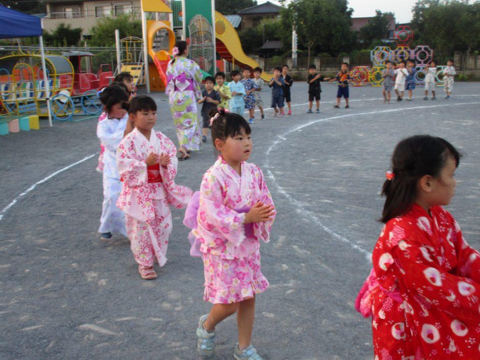【幼稚園部】8/28に夏祭りを行いました♪ 年長さん、浴衣を着た先生たちと一緒に輪を作ります。幼稚園最後の夏祭り、あっという間でしたね(*´ω`*)