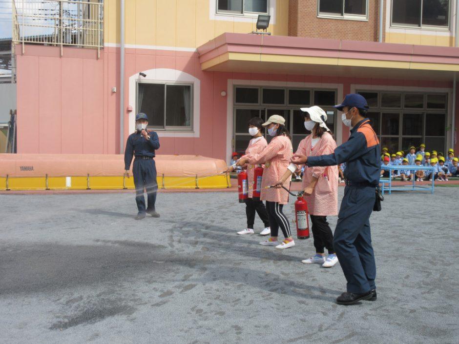 防火講習を行いました! 消火器を使ってみました☆彡 今回の中身は水ですが消火器は15秒噴射できるそうです!