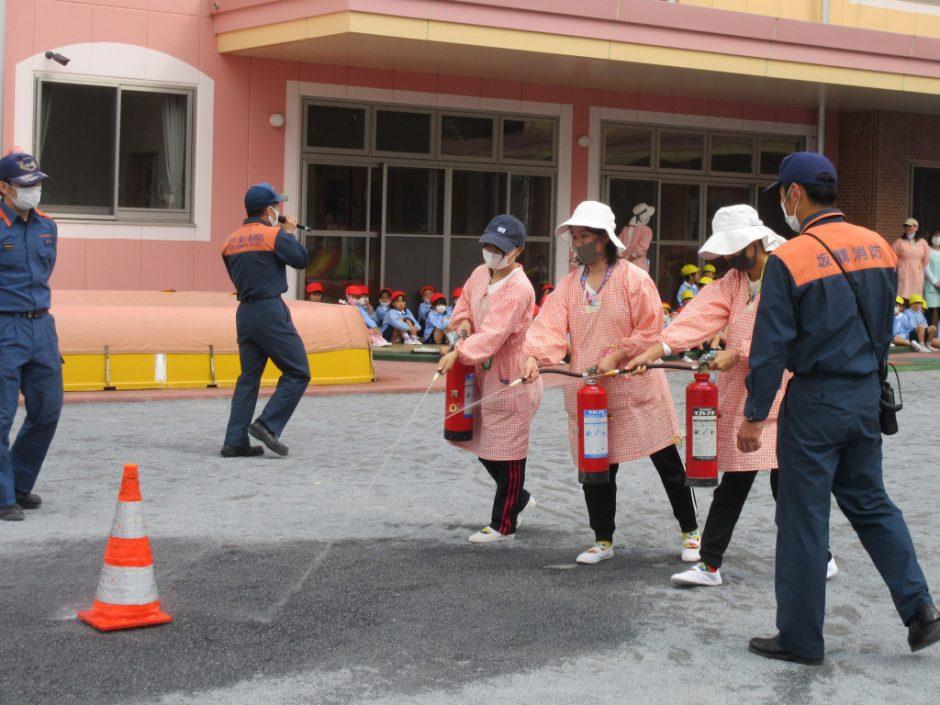 防火講習を行いました! 消火活動は5メートルほどまで近づき左右に動かしながら噴射します。先生たち上手です~♪