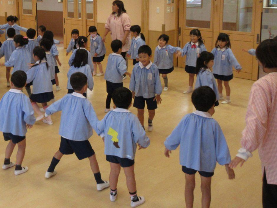 10月 幼稚園部 お誕生日会 出し物は「ねことねずみ」 ねこはねずみを逃がさないように、檻を作ります!