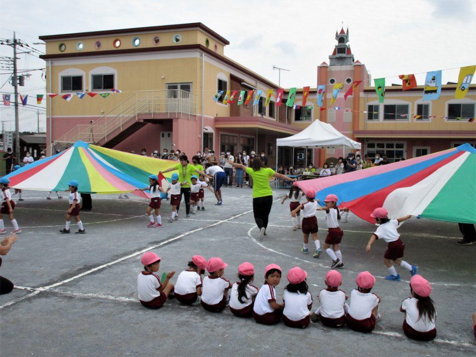 幼稚園部 運動会 年中さんのパラバルーンです☆彡 見事なメリーゴーラウンドです!すごい!!
