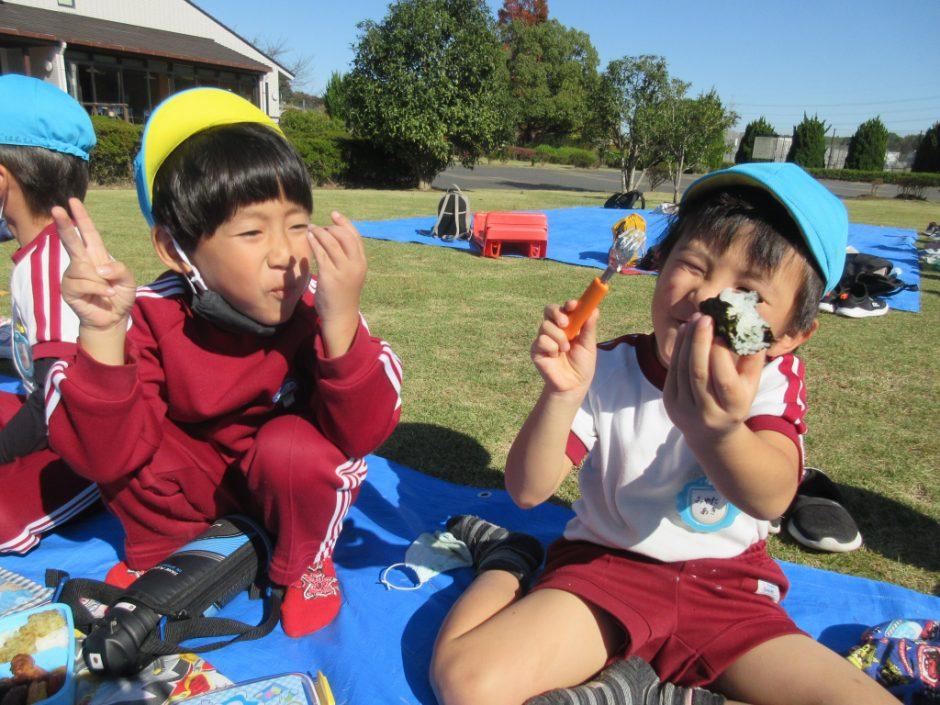 園外保育 年中 お昼はお弁当♪ みんなニコニコ笑顔で食べています☆