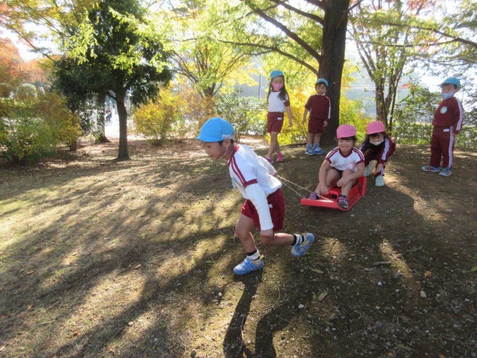 園外保育 年中 そり遊びもできました!交代しながらたくさん滑っています☆彡