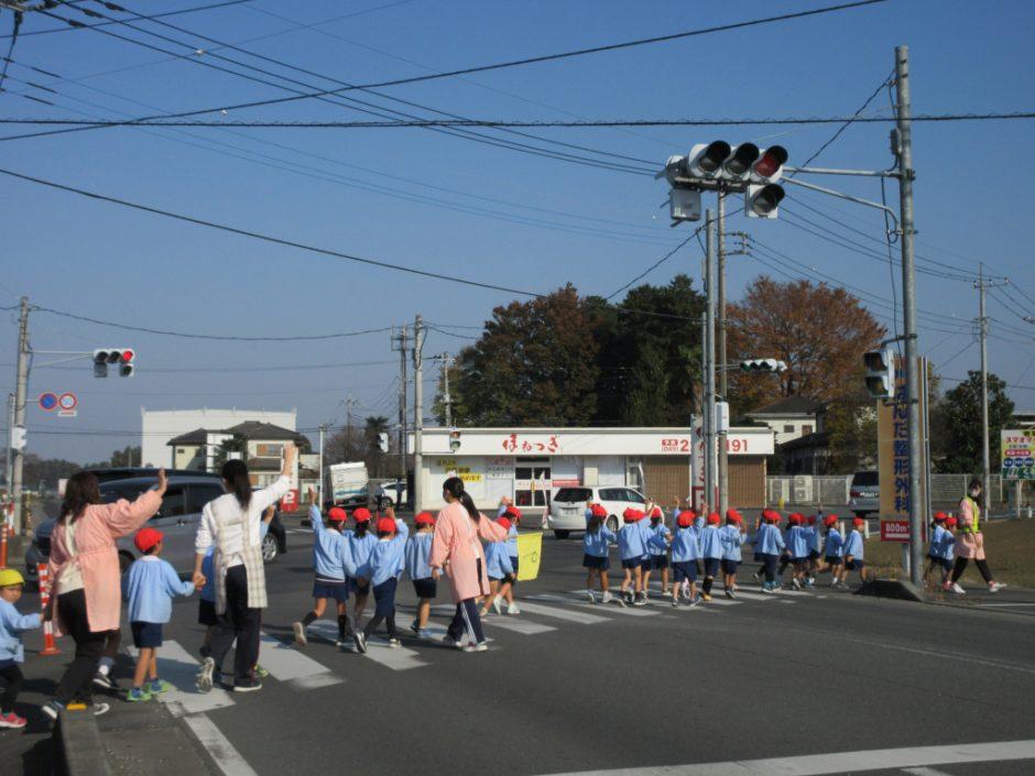 交通安全指導 ばら組さん きちんと整列して歩行中です♪ とても上手ですね☆彡